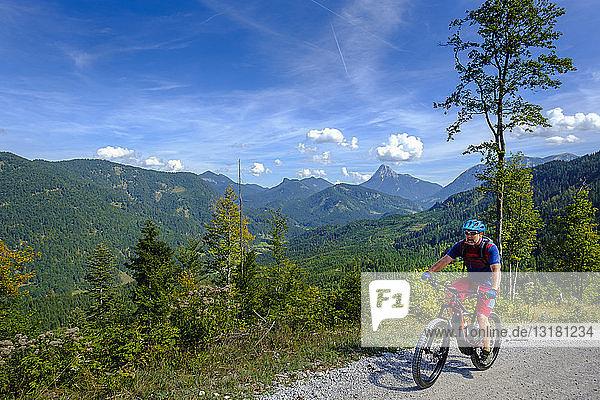 Österreich  Tirol  Juifen  Rotwand-Alm  reife Männer auf dem Mountainbike