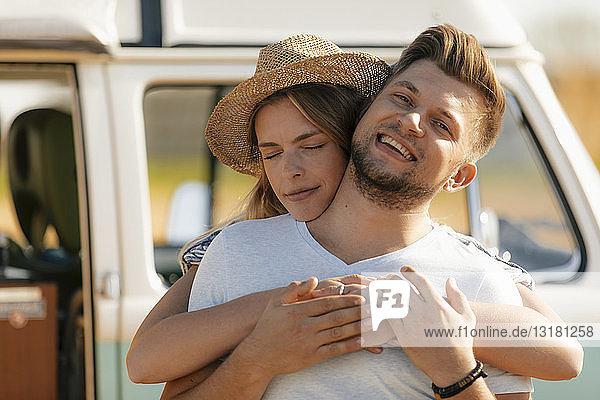 Glückliches  liebevolles junges Paar im Wohnmobil