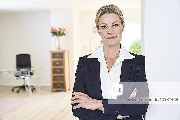 Porträt einer selbstbewussten Geschäftsfrau zu Hause