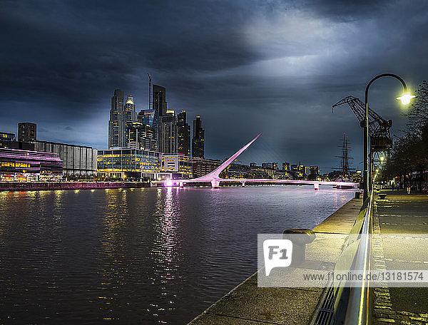 Argentinien  Buenos Aires  Puerto Madero  Dock Sud mit Puente de la Mujer bei Nacht