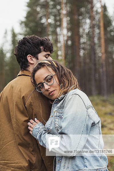 Finnland  Lappland  junges Paar in ländlicher Landschaft stehend