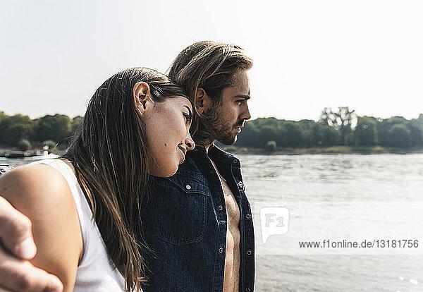 Junges verliebtes Paar am Flussufer