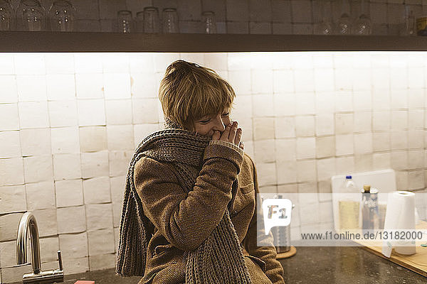Porträt eines lachenden Jungen in der Küche
