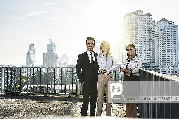 Porträt von zwei Geschäftsfrauen und einem Geschäftsmann auf dem Dach
