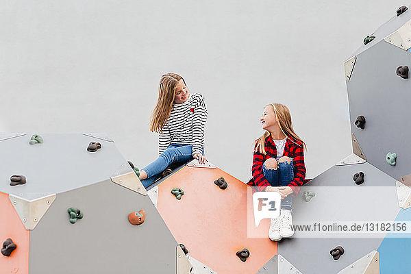Zwei lächelnde Mädchen in der Kletterhalle