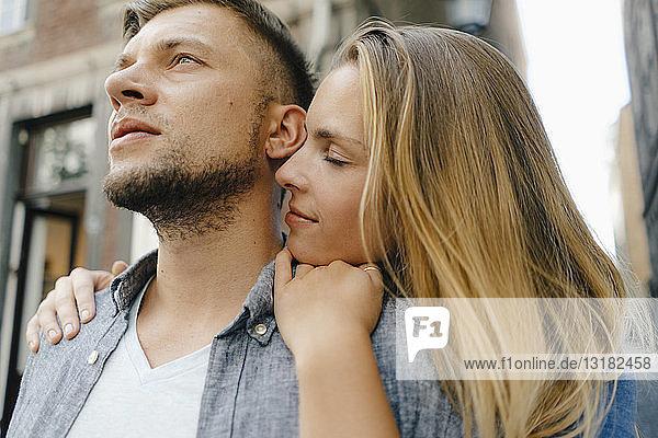 Zärtliches junges Paar in der Stadt