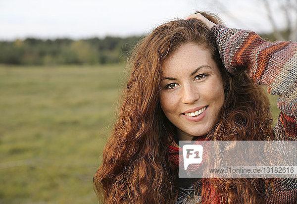 Porträt einer rothaarigen jungen Frau im Herbst