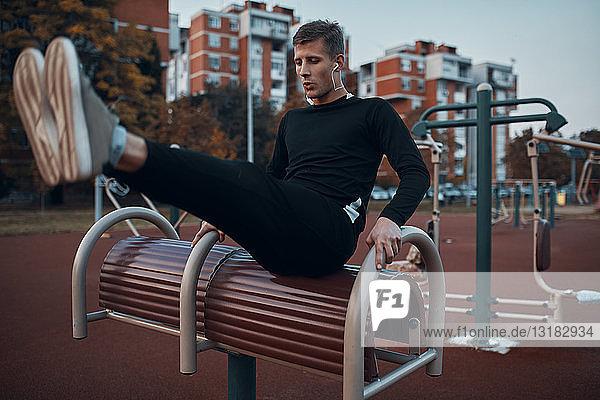 Sportlicher Mann trainiert abends