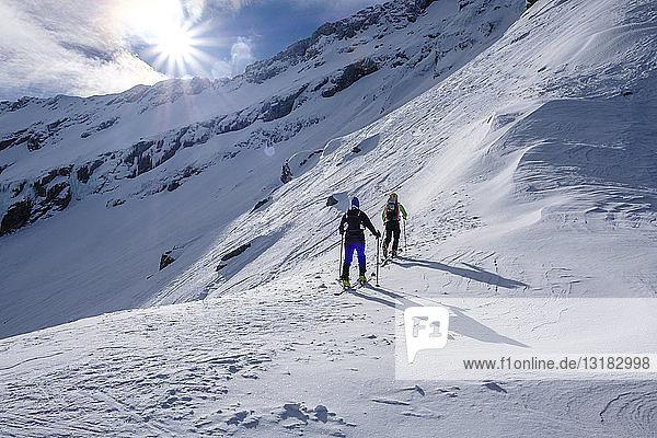 Zwei Männer bei einer Skitour im Faragas-Gebirge  Südkarpaten  Rumänien