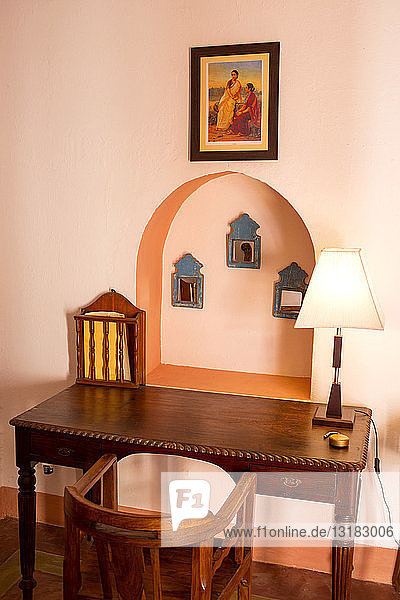 Indien  Rajasthan  Alwar  Heritage Hotel Ram Bihari Palace  alte Holzmöbel