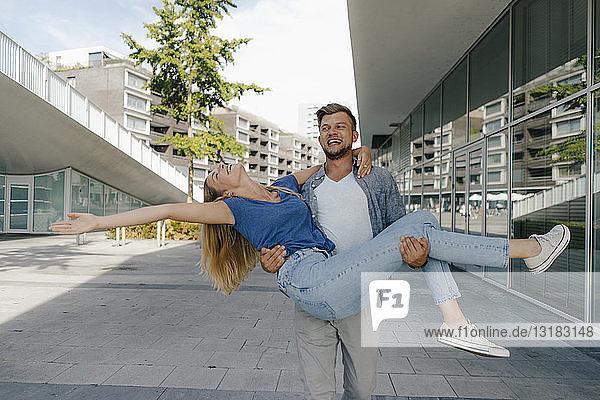Niederlande  Maastricht  glückliches sorgloses junges Paar in der Stadt