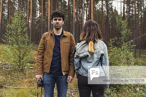 Finnland  Lappland  Mann mit Kamera und Frau stehen in ländlicher Landschaft