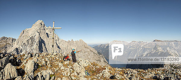 Deutschland  Bayern  Oberbayern  Berchtesgadener Land  Nationalpark Berchtesgaden  Paar am Gipfelkreuz