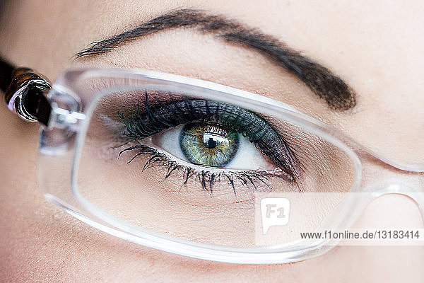 Auge der Frau  Brille  Nahaufnahme
