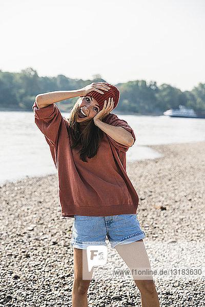 Porträt einer unbekümmerten jungen Frau am Flussufer