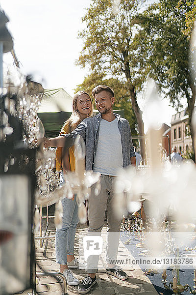 Belgien  Tongeren  glückliches junges Paar auf einem Antiquitäten-Flohmarkt