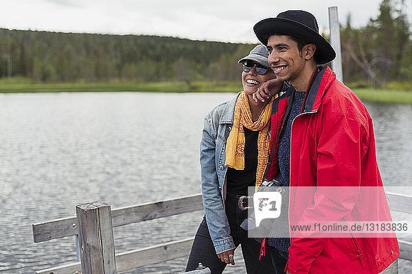 Finnland  Lappland  glückliches Paar steht auf einem Steg an einem See