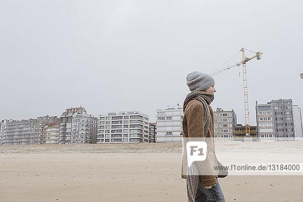 Deutschland  Nordseeküste  Junge beim Strandspaziergang im Winter