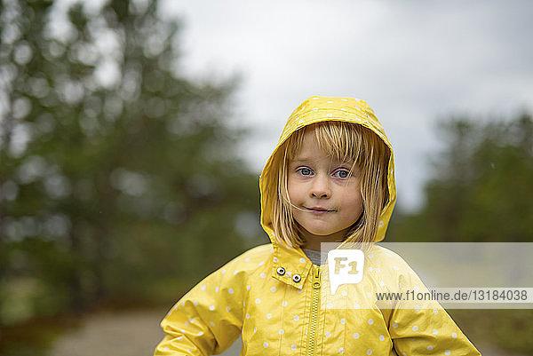 Norwegen  blondes Mädchen in Regenjacke