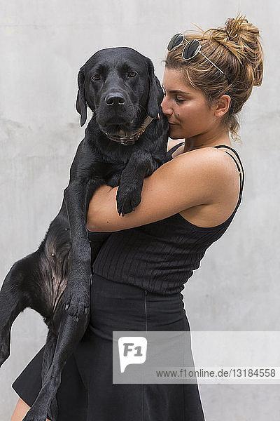 Porträt eines schwarzen Hundes mit Besitzer