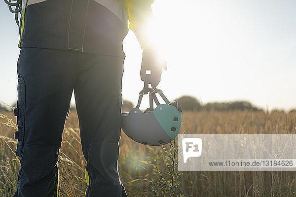 Nahaufnahme eines Technikers in einem Feld mit Kletterausrüstung