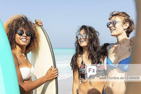 Freundinnen haben Spaß am Strand