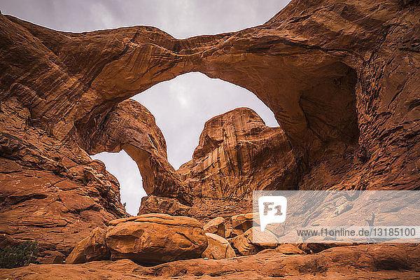 USA  Utah  Natürliche Bogen- und Felsformationen im Arches-Nationalpark  Doppelbogen