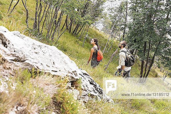 Italien  Massa  junges Paar beim Wandern in den Alpi Apuane