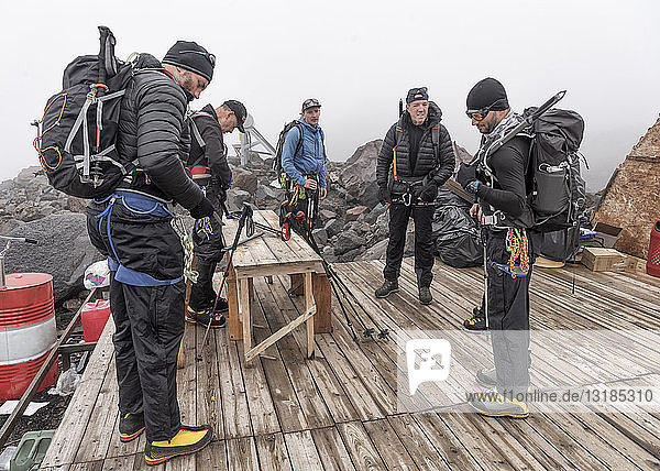 Russland  Oberes Baksan-Tal  Kaukasus  Bergsteiger auf dem Weg zum Nordlager