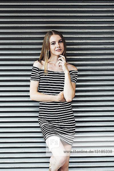 Porträt einer jungen Frau in gestreiftem Kleid