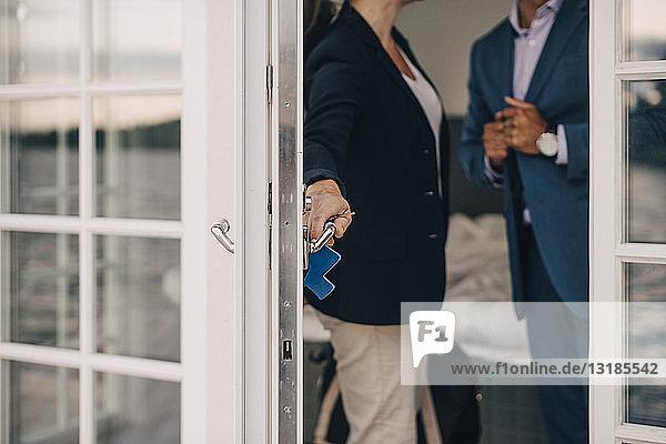 Mittelteil einer Glastür eines reifen Paares mit Glasschloss in einer Ferienvilla