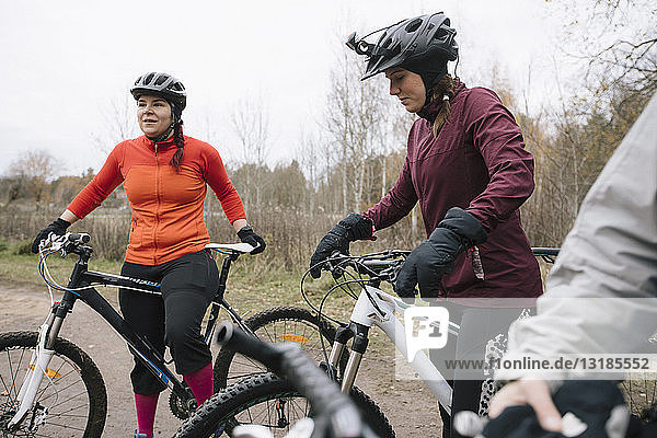 Freundinnen beim Mountainbiken im Wald