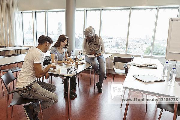 Multi-ethnische Studenten lernen gemeinsam im Klassenzimmer der Universität