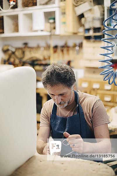 Reife Handwerker nähen Möbel in der Werkstatt