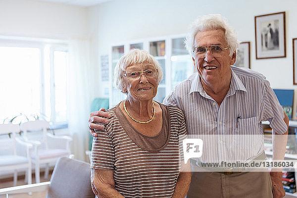 Porträt eines älteren Ehepaares  das im Pflegeheim den Arm umdreht