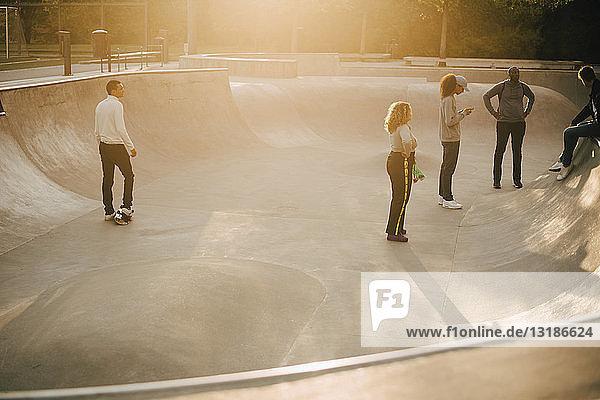 Multi-ethnische Freunde in voller Länge im Skateboard-Park