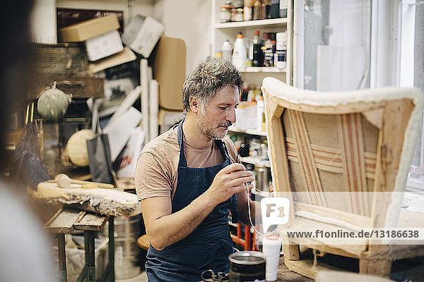 Handwerker-Stickstuhl in der Werkstatt