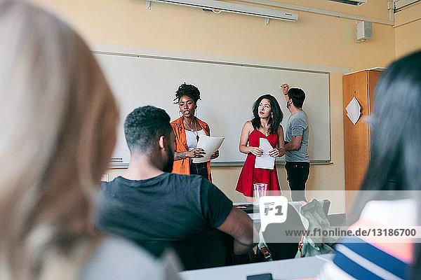 Multi-ethnische Lehrer  die Studenten in Sprachschulen unterrichten