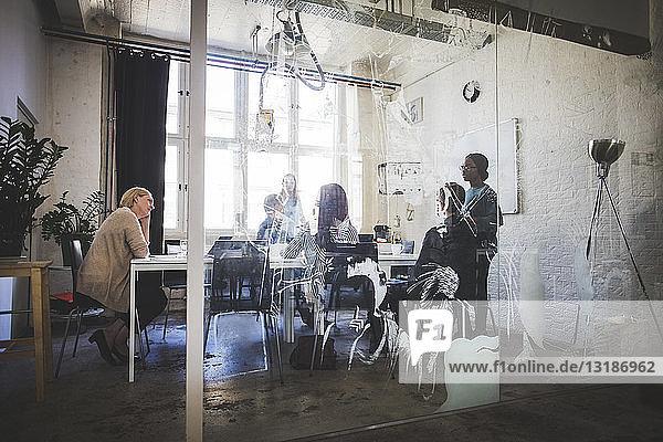 Geschäftsleute im Sitzungssaal während einer Brainstorming-Sitzung