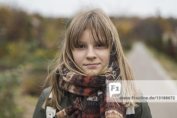 Porträt selbstbewusstes Mädchen mit Kopftuch