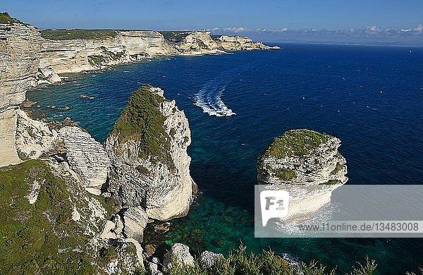 Grain du Sable mit Ausflugsboot  Schroffe Kreidefelsen und türkisblaues Meer  Steilküste  Bonifacio  Korsika  Frankfreich