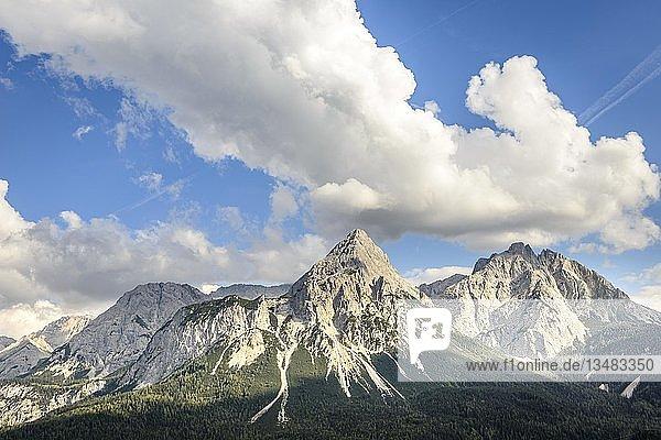 Ausblick auf Ehrwalder Sonnenspitze  Berglandschaft  Tiroler Alpen  Ehrwalder Becken  bei Ehrwald  Lermoos  Tirol  Österreich  Europa