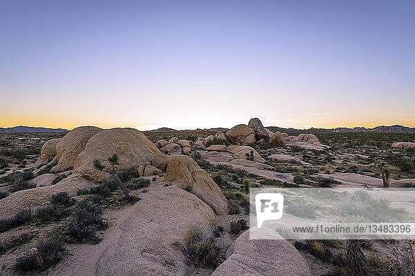 Sonnenuntergang  Landschaft mit runden Granitfelsen  Felsformationen  White Tank Campground  Joshua-Tree-Nationalpark  Desert Center  Kalifornien  USA  Nordamerika