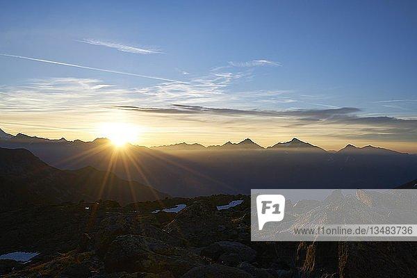 Gebirgslandschaft  Bergpanorama im Sonnenaufgang  Aostatal  Italien  Europa