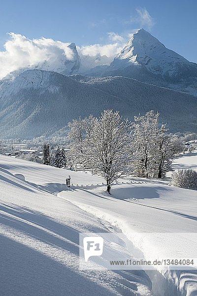 Winterlandschaft mit Ausblick auf den Watzmann  Bischofswiesen Nationalpark Berchtesgaden  Berchtesgadener Land  Oberbayern  Bayern  Deutschland  Europa