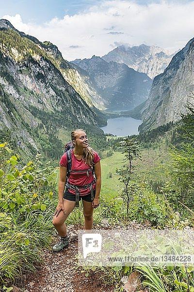 Ausblick auf den Obersee und Königssee  junge Wanderin auf dem Röthsteig  hinten Watzmann  Berchtesgaden  Oberbayern  Bayern  Deutschland  Europa