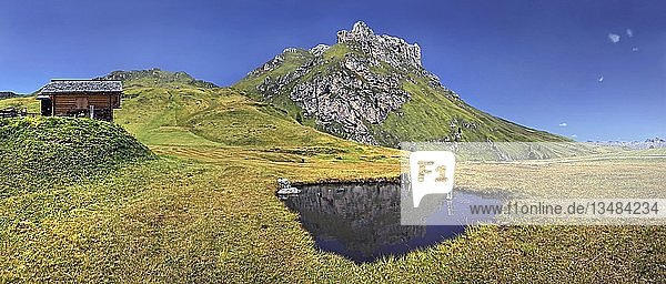 Kleiner See am Peitlerkofel mit Almhütte  Villnöss  Dolomiten  Südtirol  Italien  Europa