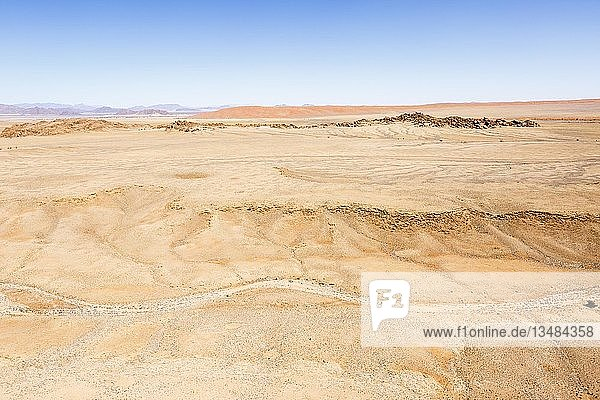 Luftaufnahme  vom Regen augewaschene Landschaft  hinten Elim Düne  Sossusvlei  Namib-Wüste  Namib-Naukluft-Nationalpark  Namibia  Afrika
