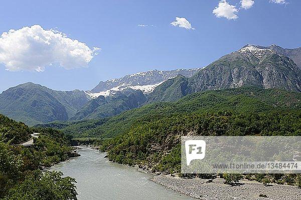 Fluss Vjosa bei Stembec  SH75  Gebirge Nemeckes  Albanien  Europa