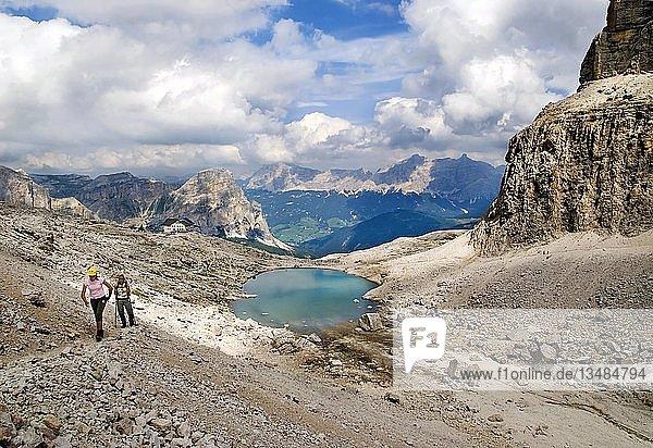 Frau und Kind beim Aufstieg vom Pisciadu See zum Sas de Mezdi auf das Sellamassiv  Grödnerjoch  Südtirol  Italien  Europa
